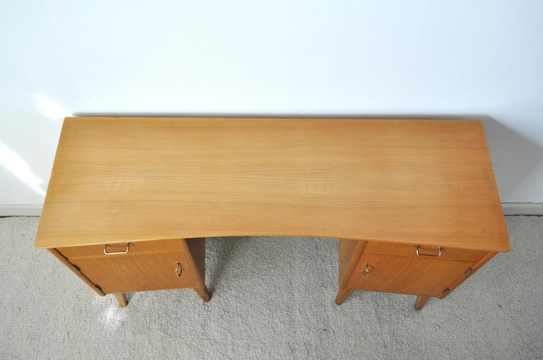 Childs Executive Desk in Ash with Bowed Top, 1950s In Good Condition For Sale In Vordingborg, DK
