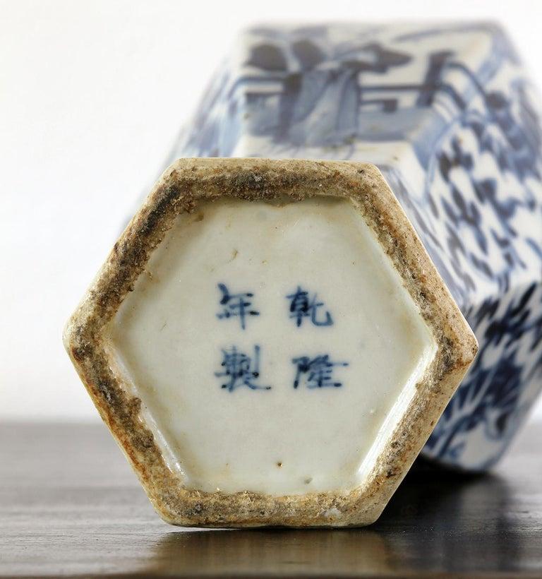 Chinese vase in cobalt blue glazed porcelain with figure decorations, no restoration.