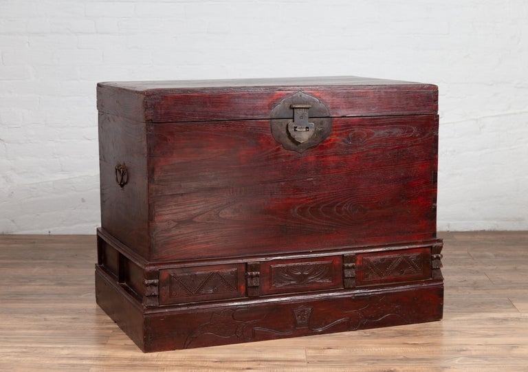 Chinese Antique Red Lacquered Trunk with Incised and Carved Motifs and Handles For Sale 7
