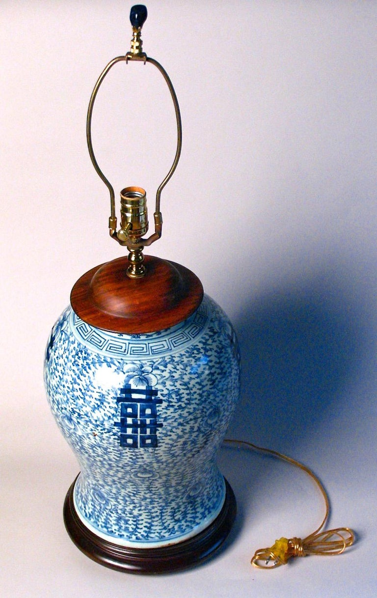 Chinoiserie Chinese Blue and White Baluster Vase Table Lamp For Sale