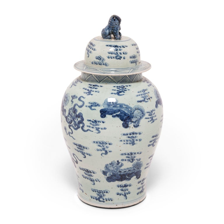 Chinese Blue and White Ginger Jar with Fu Dogs In Excellent Condition For Sale In Chicago, IL
