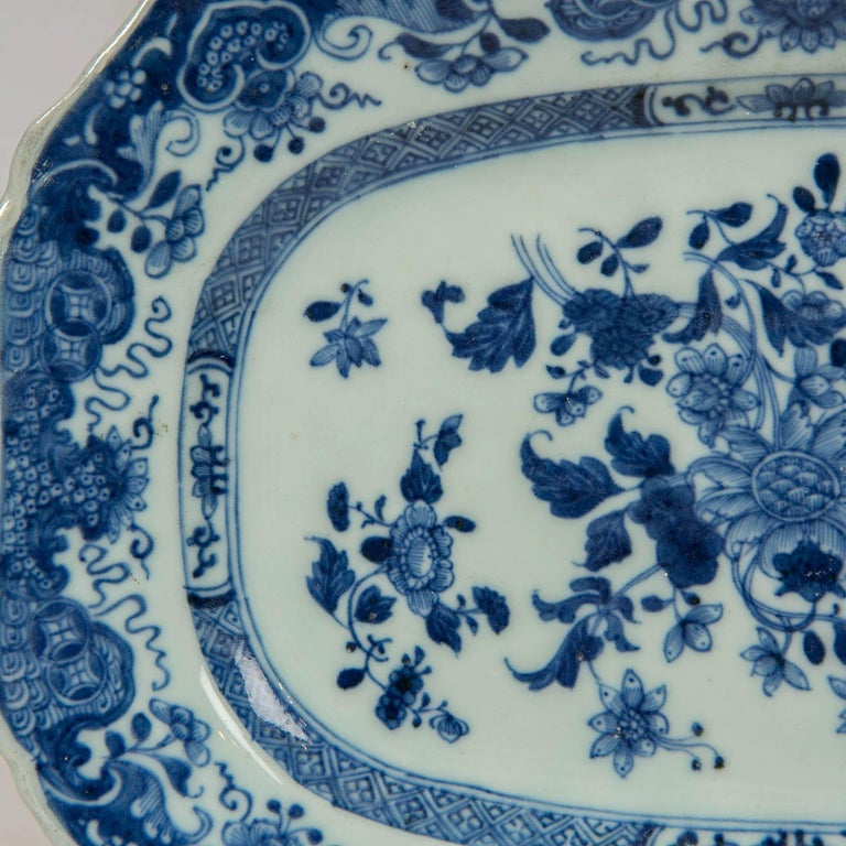 Chinese Blue and White Small Platter Made, circa 1770 In Excellent Condition For Sale In New York, NY
