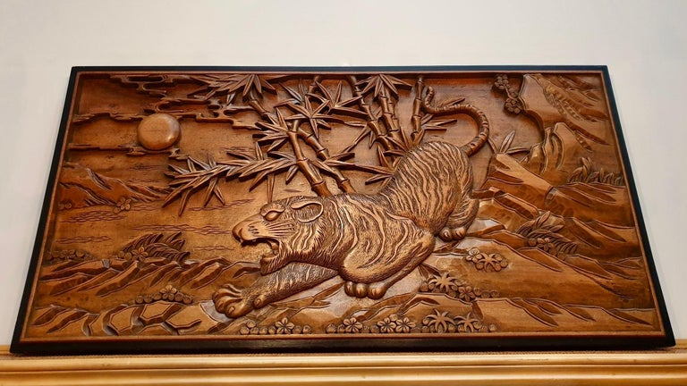 Chinese Carved Wood Wall Art from a Hunting Tiger In Good Condition For Sale In Antwerp, BE