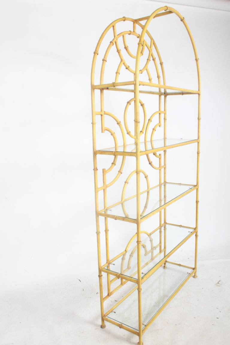 1970s Chinese Chippendale or Hollywood Regency faux bamboo Étagère, glass shelving display. All original, minor touch up prior to shipping, can be repainted for additional cost. Glass shelves have a few minor chips and scratches. Total of five glass