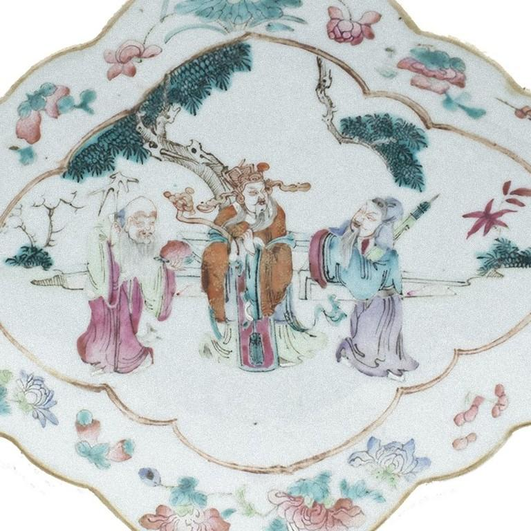 The Chinese shaped-oval polychrome tray is a beautiful decorative object realized in the early 20th century.   Three sages in landscape inside a frame with small floral compositions, Daoguang six characters mark. In very good condition.