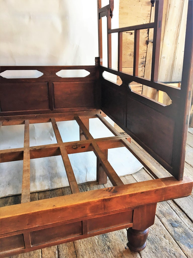 Qing Chinese Enclosed Bed, Late 19th Century For Sale