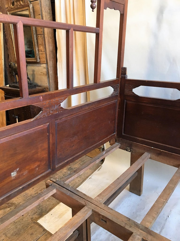 Chinese Enclosed Bed, Late 19th Century In Good Condition For Sale In Doylestown, PA