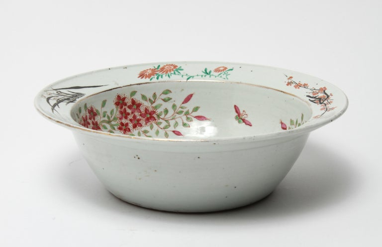 Chinese Export Famille Rose Porcelain Bowl or Basin with Floral Motif In Good Condition For Sale In New York, NY