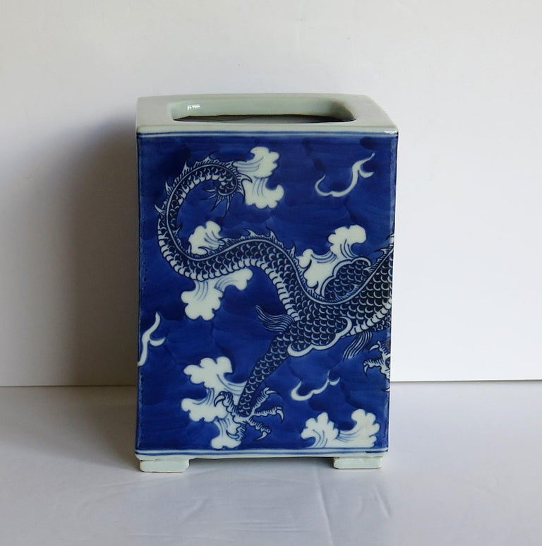 Chinese Export Porcelain Brush Pot Blue and White Hand Painted Dragons In Good Condition For Sale In Lincoln, Lincolnshire