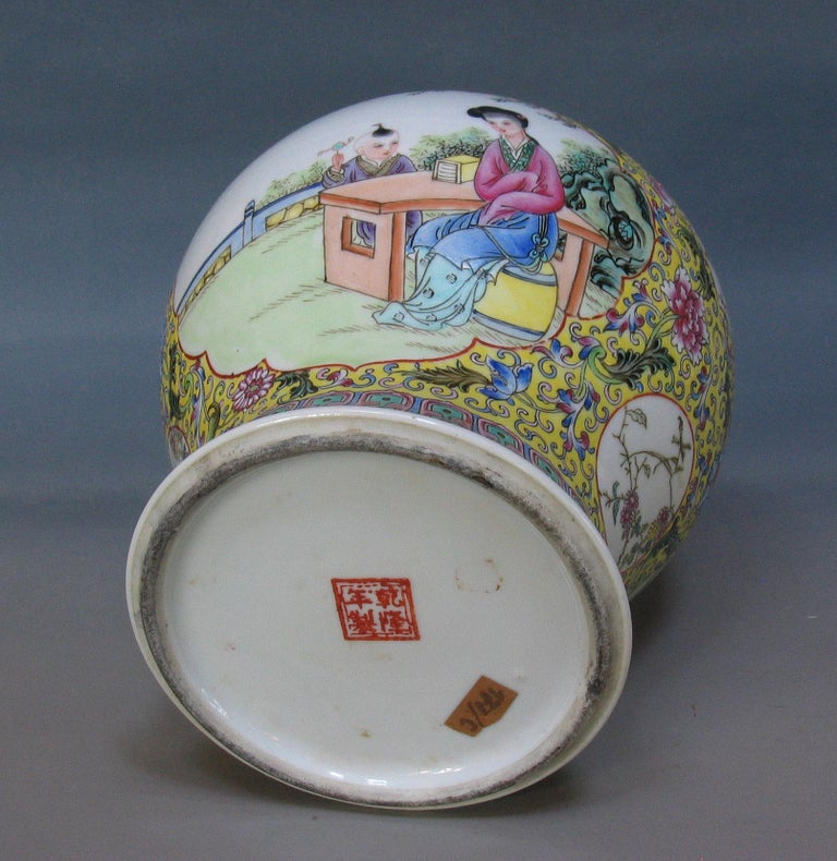 Chinese Famille Rose Baluster Jar and Cover on Stand In Good Condition For Sale In Ottawa, Ontario