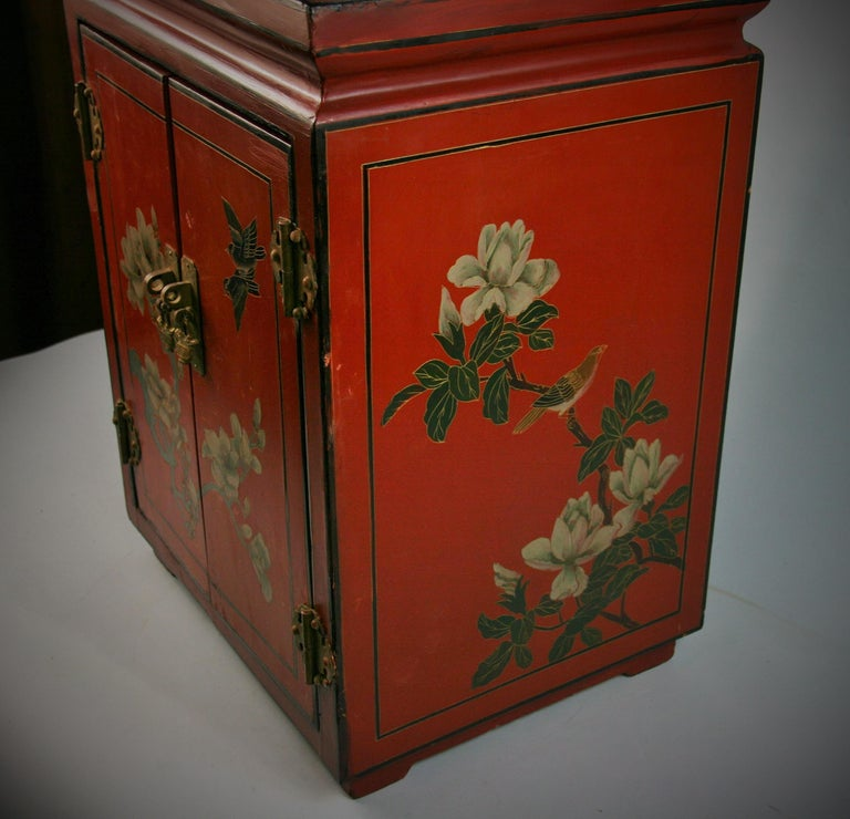 Chinese Hand Painted Cabinet/Side Table In Good Condition For Sale In Douglas Manor, NY