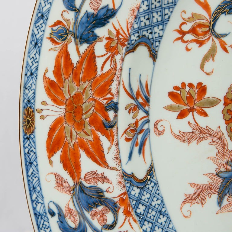 Antique Chinese Imari Charger with Floral Decoration In Excellent Condition For Sale In New York, NY