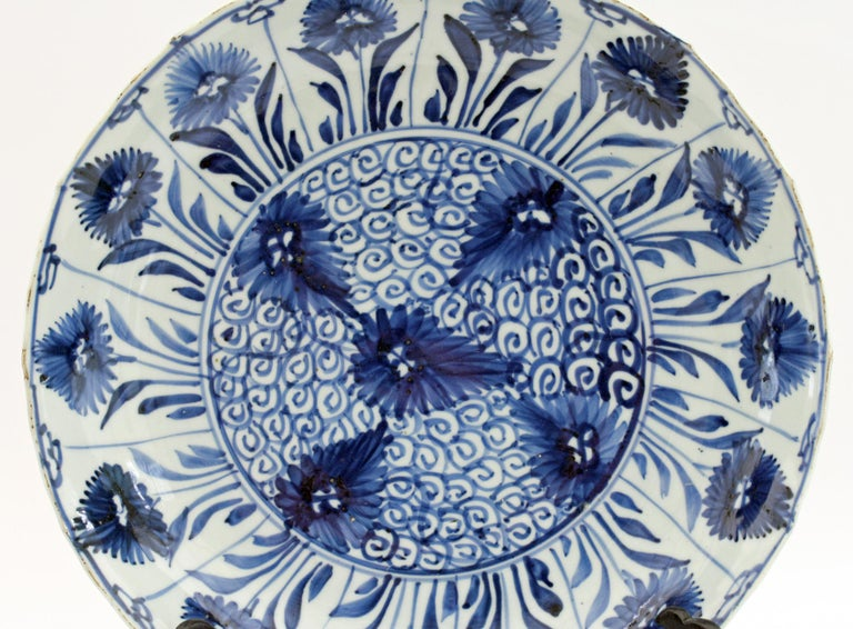 Chinese Kangxi Large and Rare Porcelain Blue and White Aster Pattern Dish For Sale 6