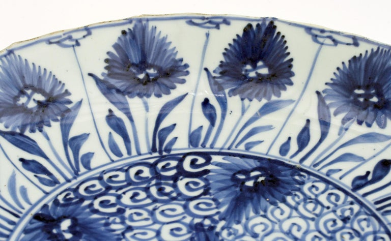 Chinese Kangxi Large and Rare Porcelain Blue and White Aster Pattern Dish For Sale 8