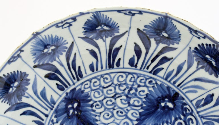 Qing Chinese Kangxi Large and Rare Porcelain Blue and White Aster Pattern Dish For Sale