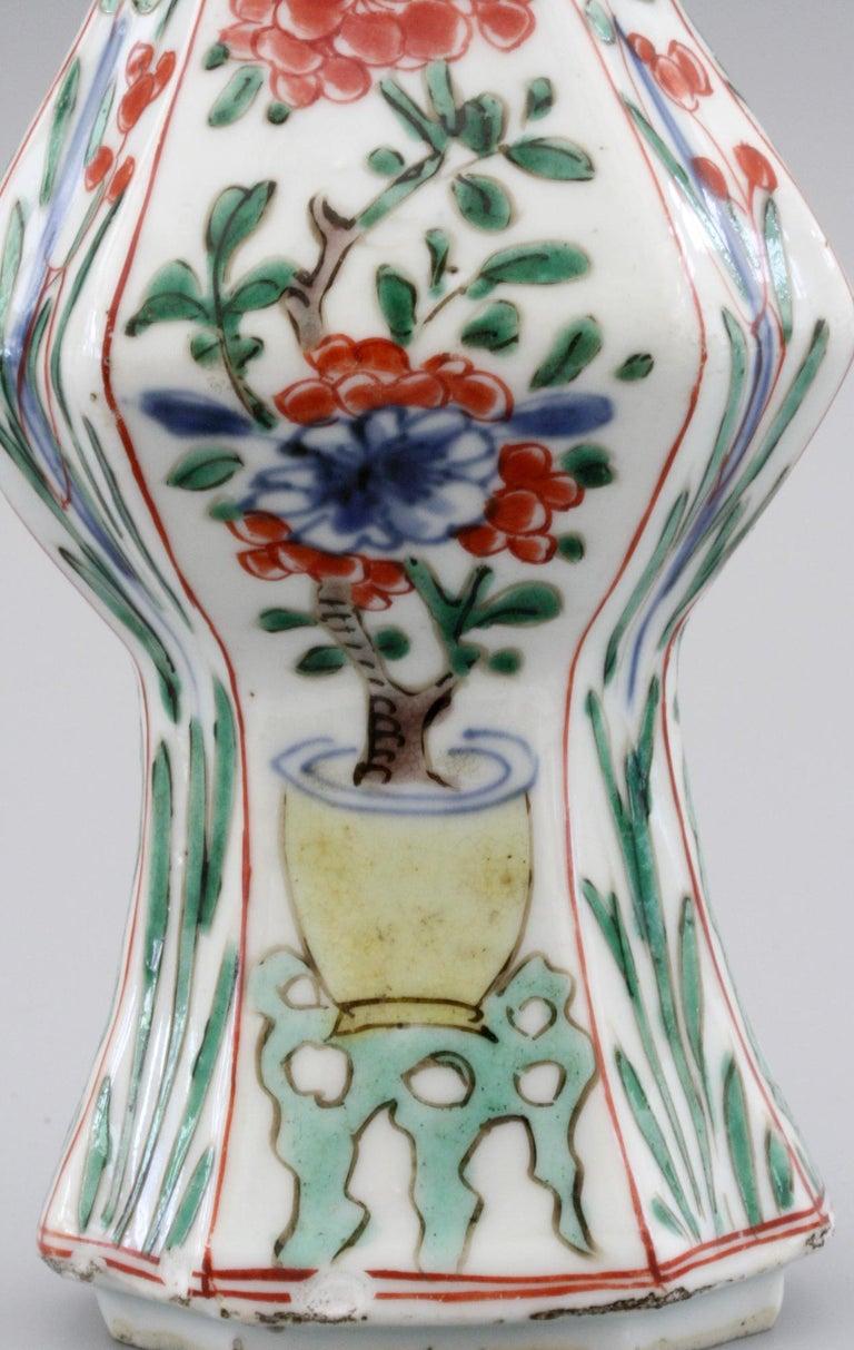 Chinese Kangxi Octagonal Famille Verte Floral Painted Porcelain Vase In Good Condition For Sale In Bishop's Stortford, Hertfordshire