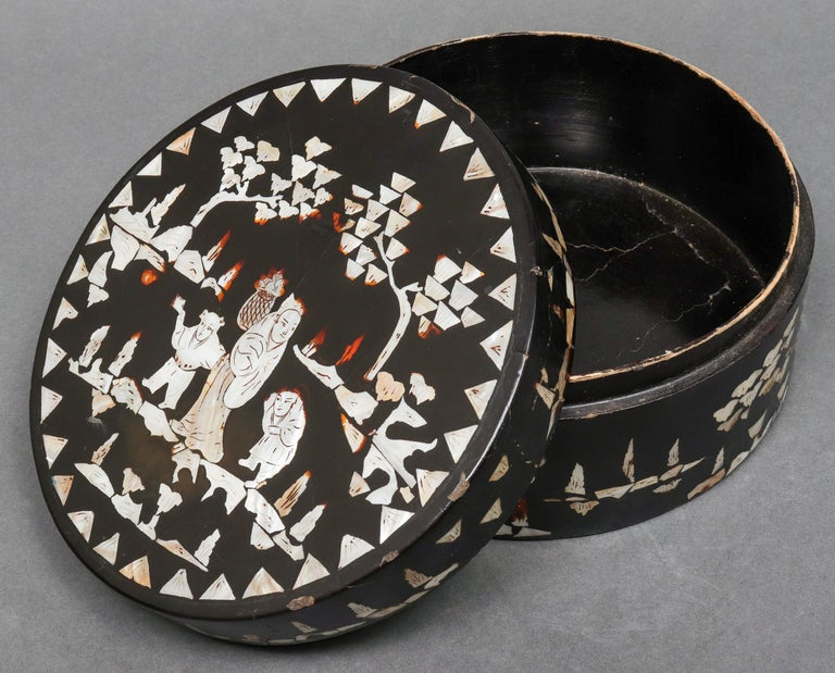 Chinese Mother of Pearl Inlaid Lacquered Box In Good Condition For Sale In New York, NY