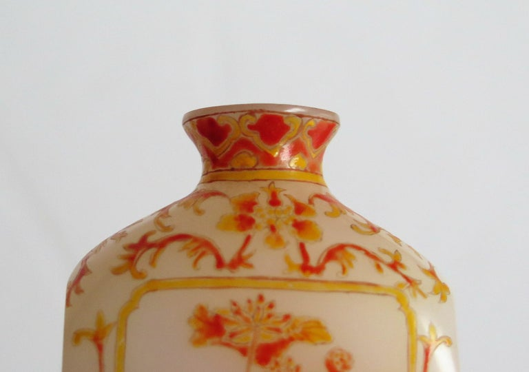 Chinese Opaque Glass Snuff Bottle Hand Enamelled 4-Character Base Mark For Sale 10