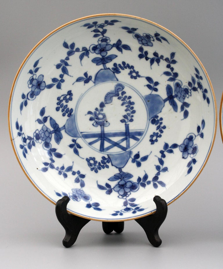 Chinese Pair of Kangxi Blue and White Painted Floral Porcelain Plates For Sale 8