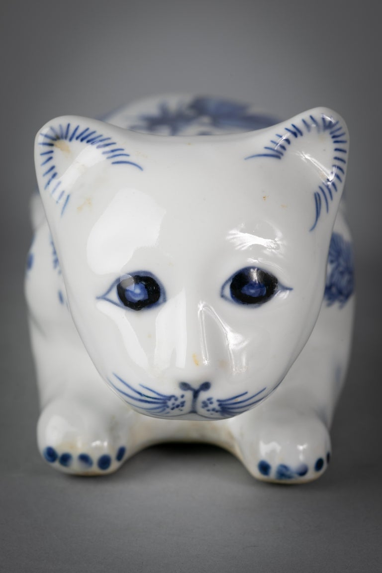 Chinese Porcelain Blue and White Recumbent Cat, circa 1900 In Good Condition For Sale In New York, NY