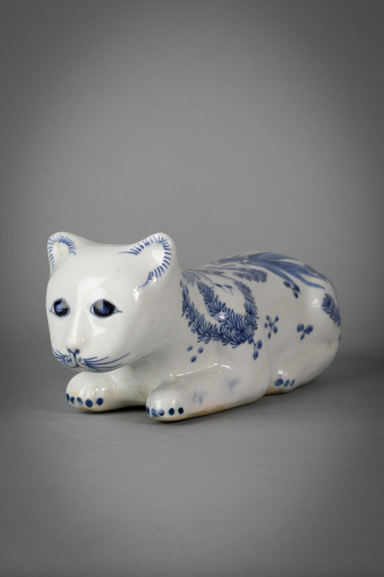 Early 20th Century Chinese Porcelain Blue and White Recumbent Cat, circa 1900 For Sale