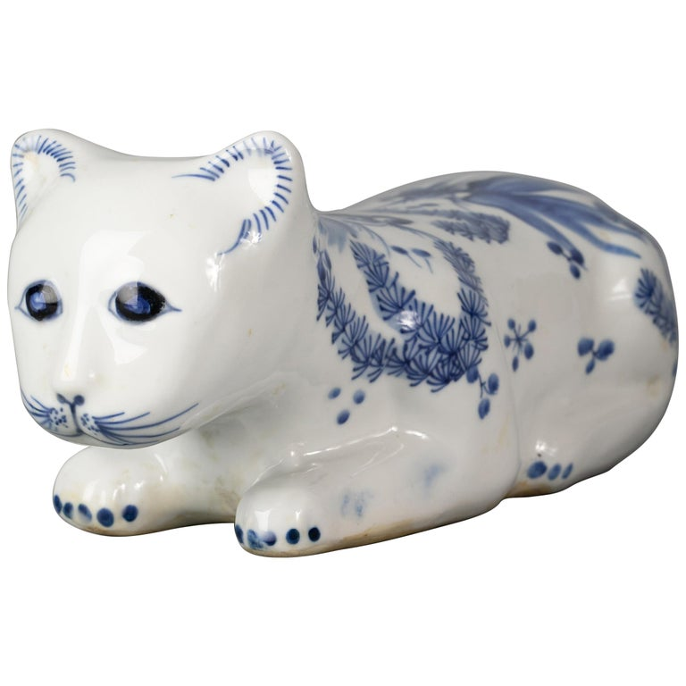 Chinese Porcelain Blue and White Recumbent Cat, circa 1900 For Sale