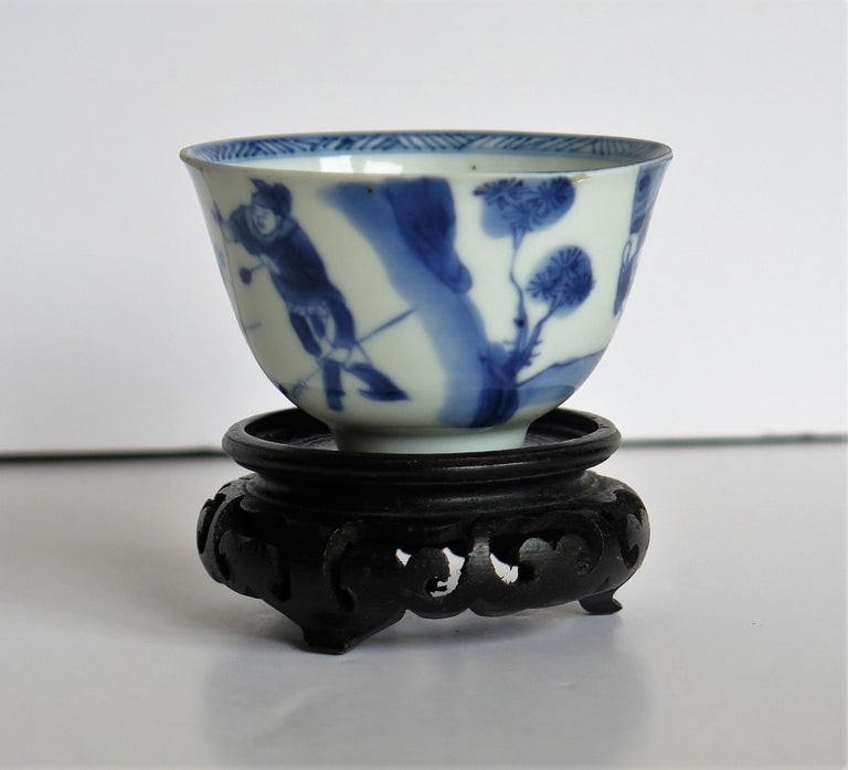 Chinese Porcelain Blue and White Tea Bowl on Stand Finely Painted, Qing Kangxi  In Good Condition For Sale In Lincoln, Lincolnshire