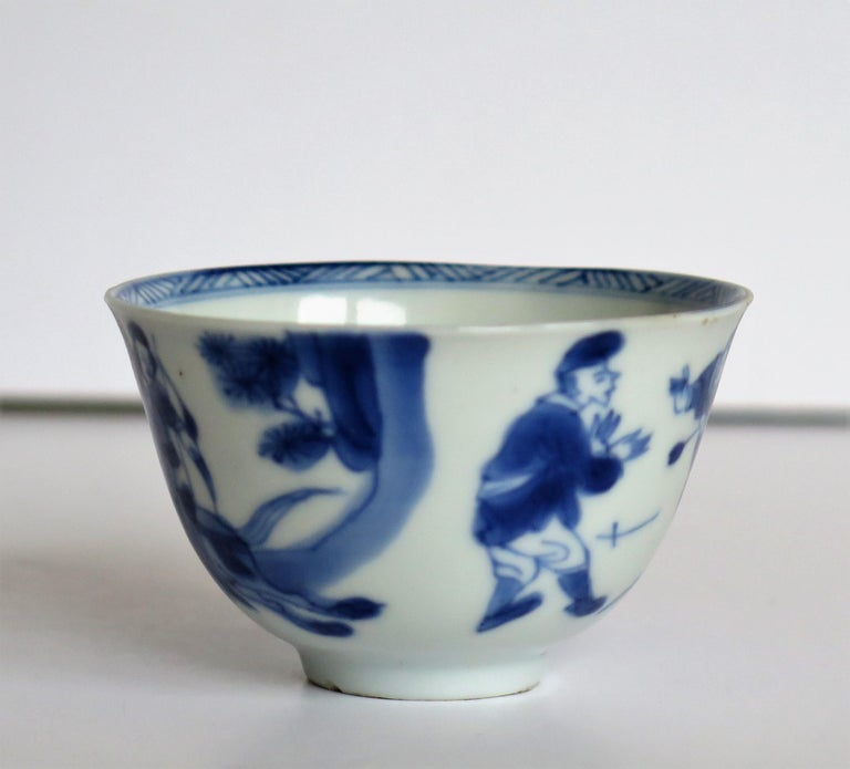 Chinese Porcelain Blue and White Tea Bowl on Stand Finely Painted, Qing Kangxi  For Sale 4