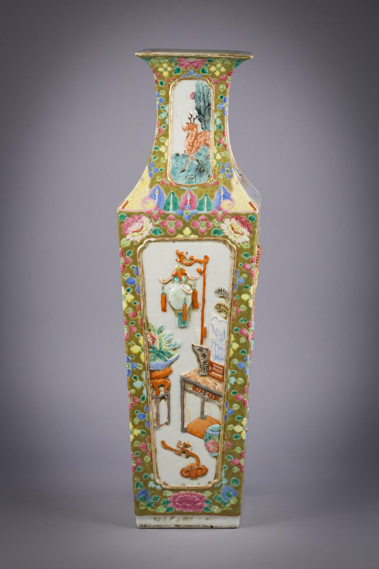Mid-19th Century Chinese Porcelain Mandarin Pallet Vase, circa 1860 For Sale