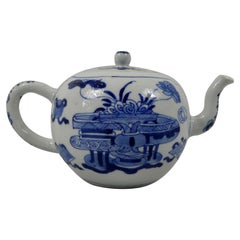Chinese Porcelain Teapot, Precious Objects, Kangxi Period, circa 1700