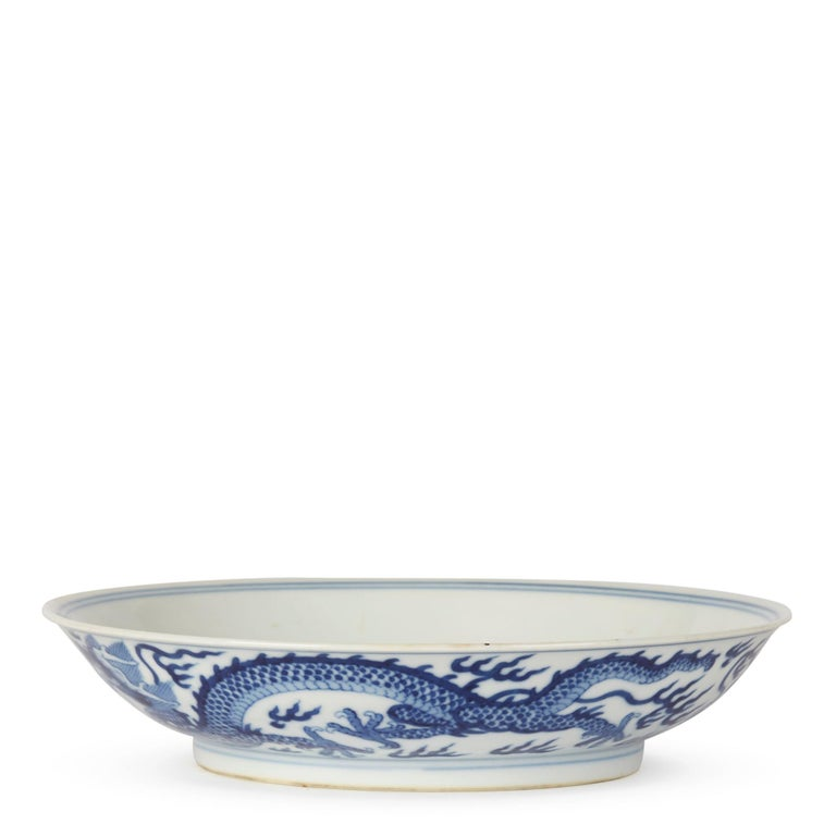 Chinese Qianlong Blue and White Dragon Dish, 1735-1796 In Excellent Condition For Sale In Bishop's Stortford, Hertfordshire