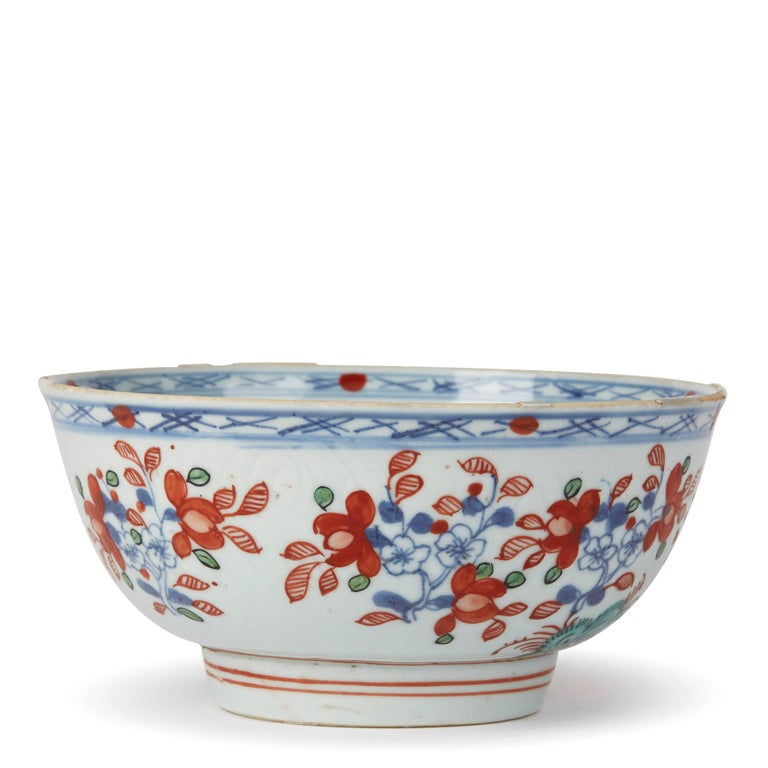 Chinese Qianlong Overdecorated Porcelain Bowl, 18th Century In Good Condition For Sale In Bishop's Stortford, Hertfordshire