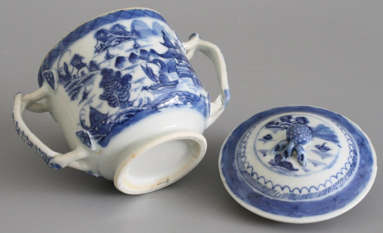 Chinese Qianlong Style Twin Handled Blue and White Lidded Cup In Good Condition For Sale In Bishop's Stortford, Hertfordshire