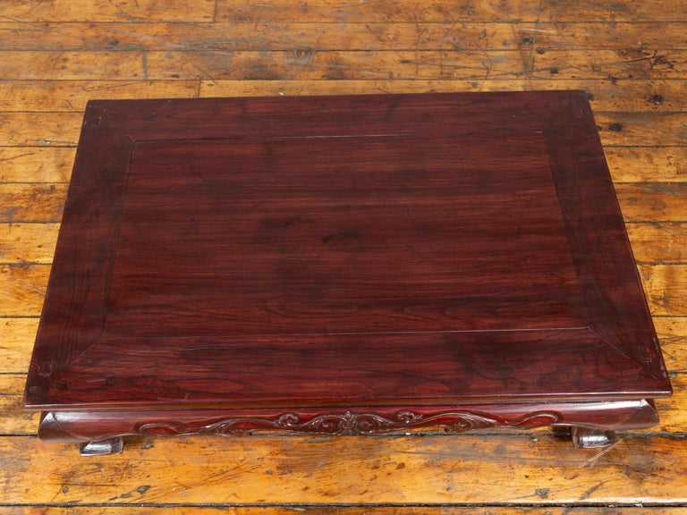 Chinese Qing Dynasty 19th Century Lacquered Wood Low Table with Cabriole Legs In Good Condition For Sale In Yonkers, NY