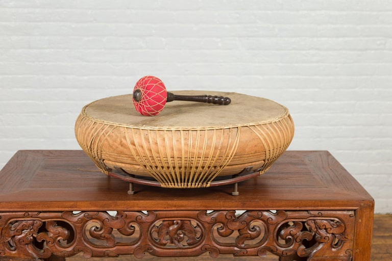 Chinese Qing Dynasty Period 19th Century Leather Drum with Its Wooden Mallet In Good Condition For Sale In Yonkers, NY