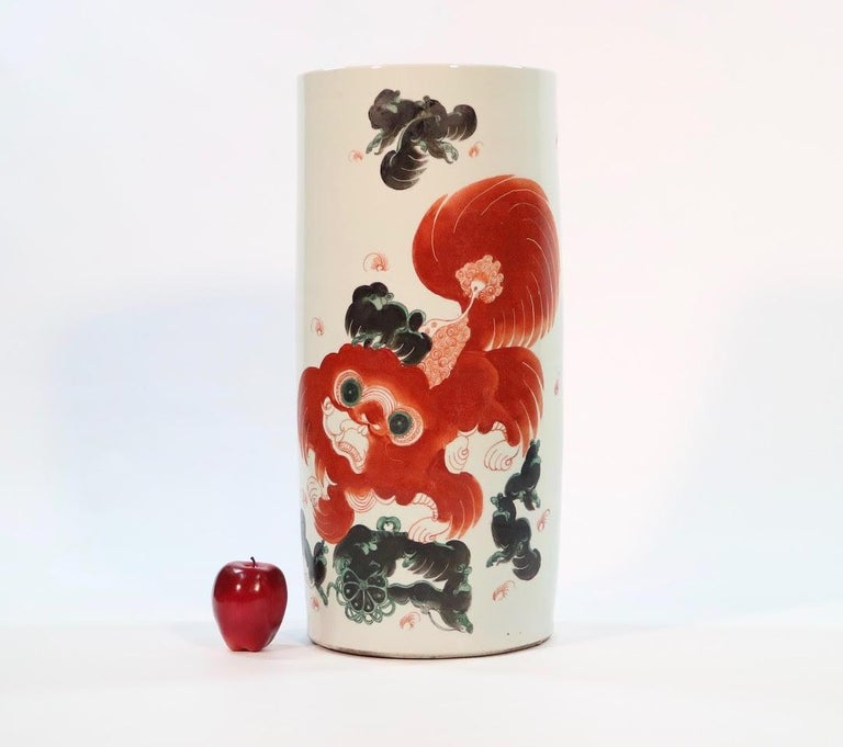 Chinese Export Quing dynasty large cylindrical vase or umbrella holder with an iron red & black foo dog or foo lion. The piece was manufactured in China in enameled porcelain during the late 19th century and is in great antique condition.