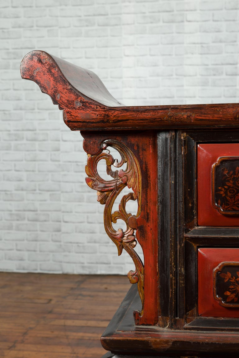 Chinese Red and Black Lacquered 19th Century Altar Coffer Table with Chinoiserie For Sale 5