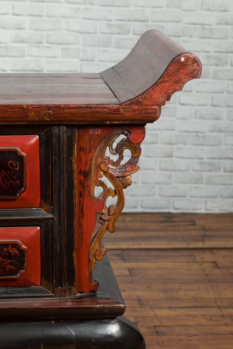 Chinese Red and Black Lacquered 19th Century Altar Coffer Table with Chinoiserie For Sale 6
