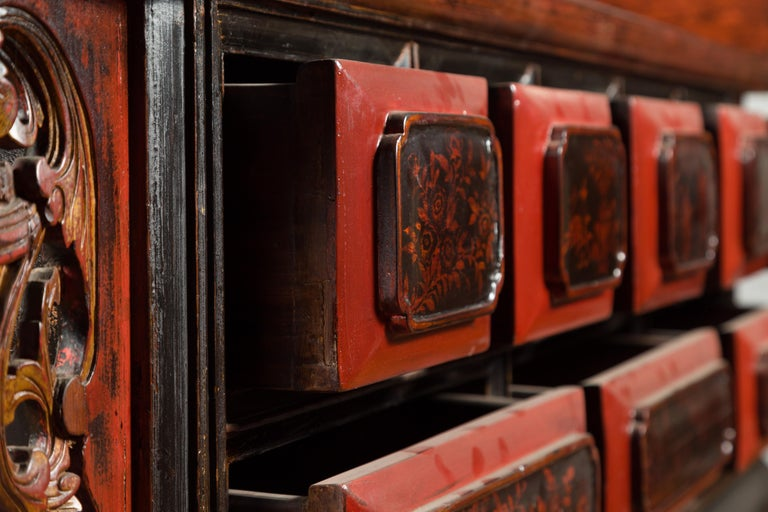 Chinese Red and Black Lacquered 19th Century Altar Coffer Table with Chinoiserie For Sale 11