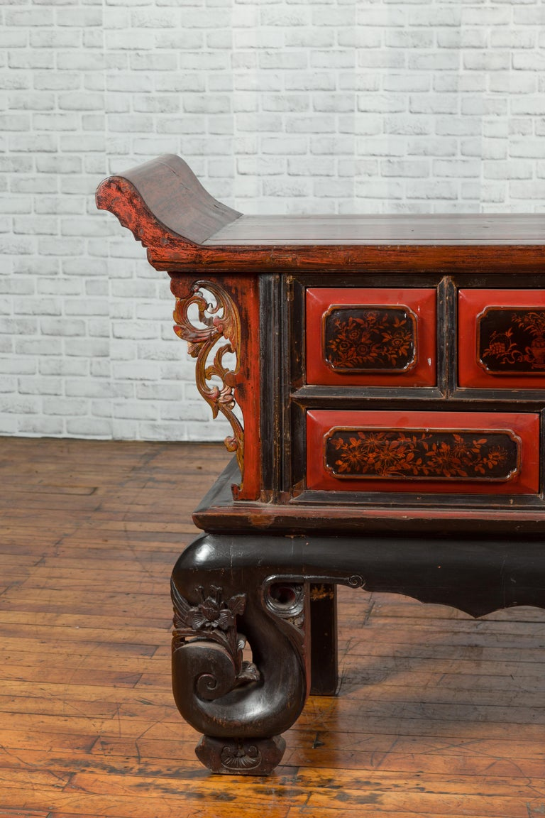Chinese Red and Black Lacquered 19th Century Altar Coffer Table with Chinoiserie For Sale 3