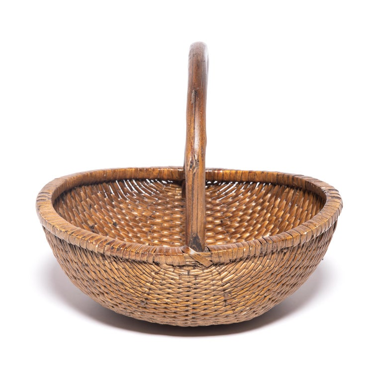 Chinese Round Woven Basket with Handle In Good Condition For Sale In Chicago, IL
