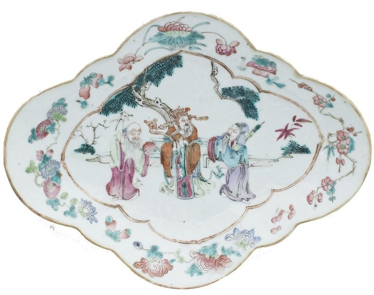 The Chinese shaped-oval polychrome tray is a beautiful decorative object realized in the early 20th century. 