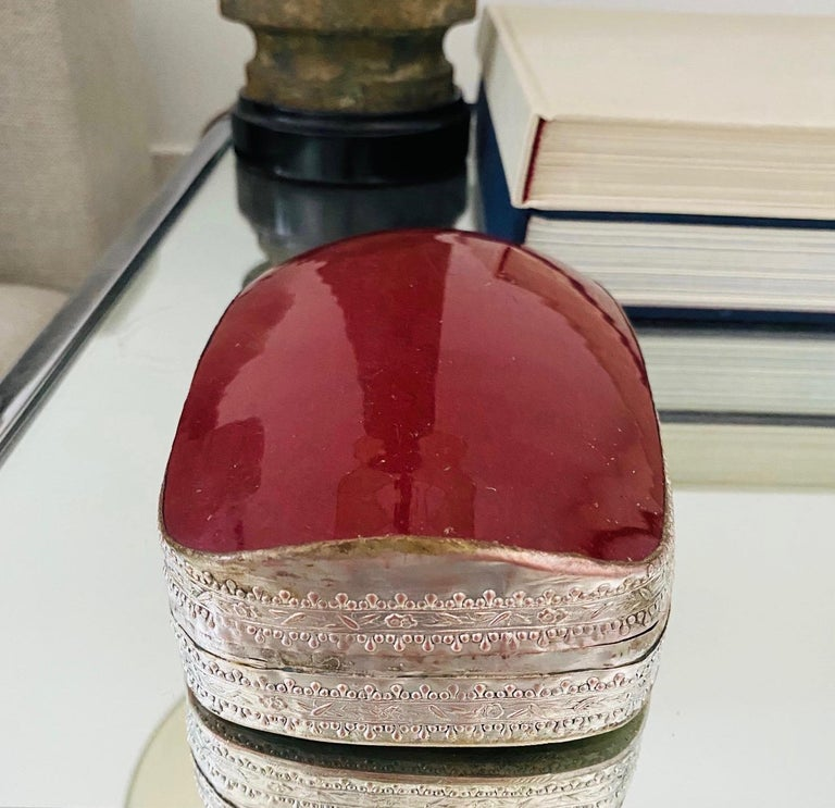 Chinese Silver Trinket Box with Antique Oxblood Porcelain Inset, c. 1945 In Good Condition For Sale In Fort Lauderdale, FL