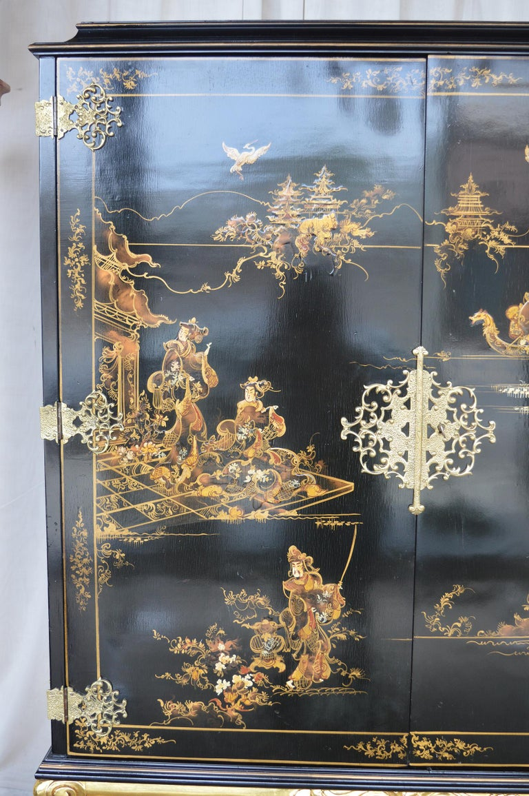 Chinoiserie Bar Cabinet with Giltwood In Excellent Condition For Sale In Los Angeles, CA