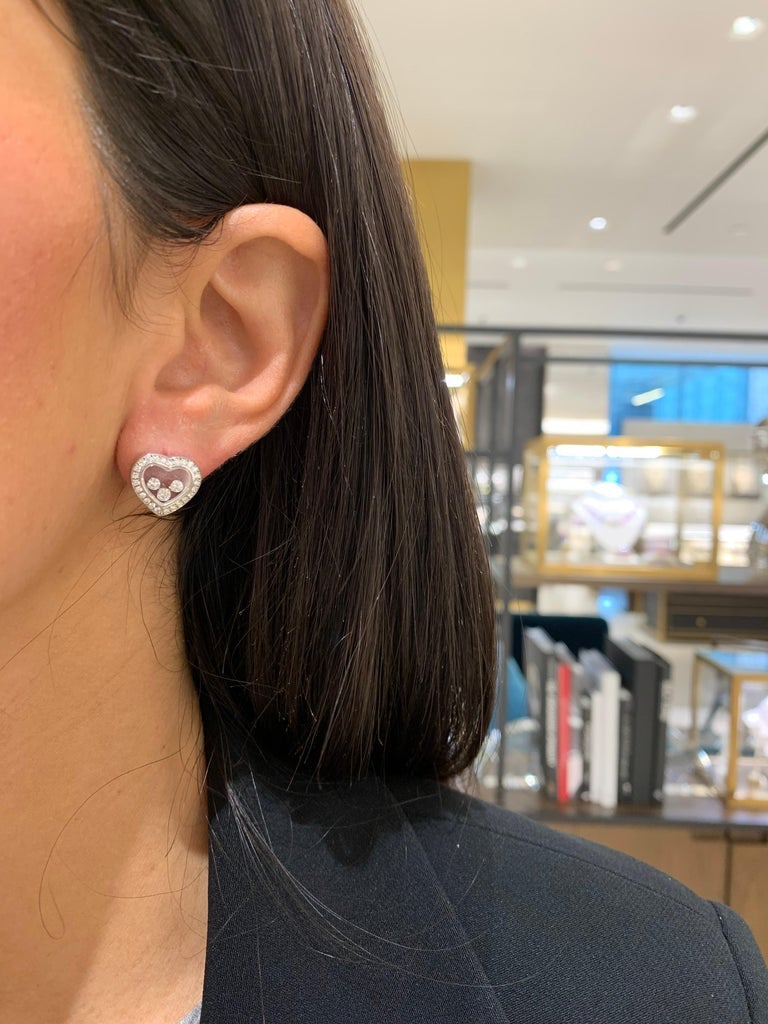 Chopard 18 Karat Gold Happy Diamond Heart Stud Earrings with 3 Floating Diamonds In New Condition For Sale In New York, NY