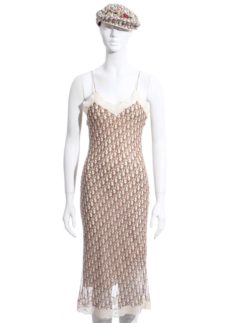 ▪ Christian Dior cream and brown monogram printed silk slip dress  ▪ Designed by John Galliano ▪ 100% Silk, 100% Cotton ▪ Edged with ivory lace ▪ Canvas hat with floral embroidery and leather trim ▪ FR 38 - UK 10 - US 6 / Hat Size 58 ▪ Spring-Summer