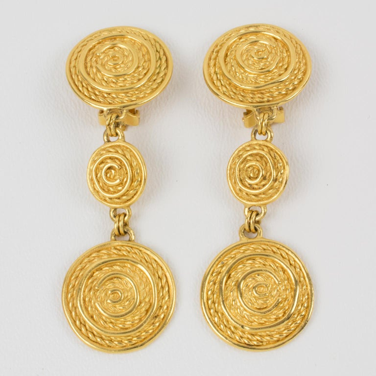 Christian Dior Dangling Textured Clip Earrings In Excellent Condition In Atlanta, GA