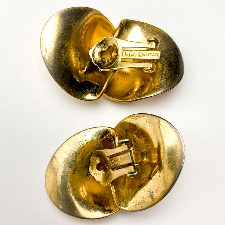 CHRISTIAN DIOR Golden Clip-on Earrings In Good Condition For Sale In Paris, FR