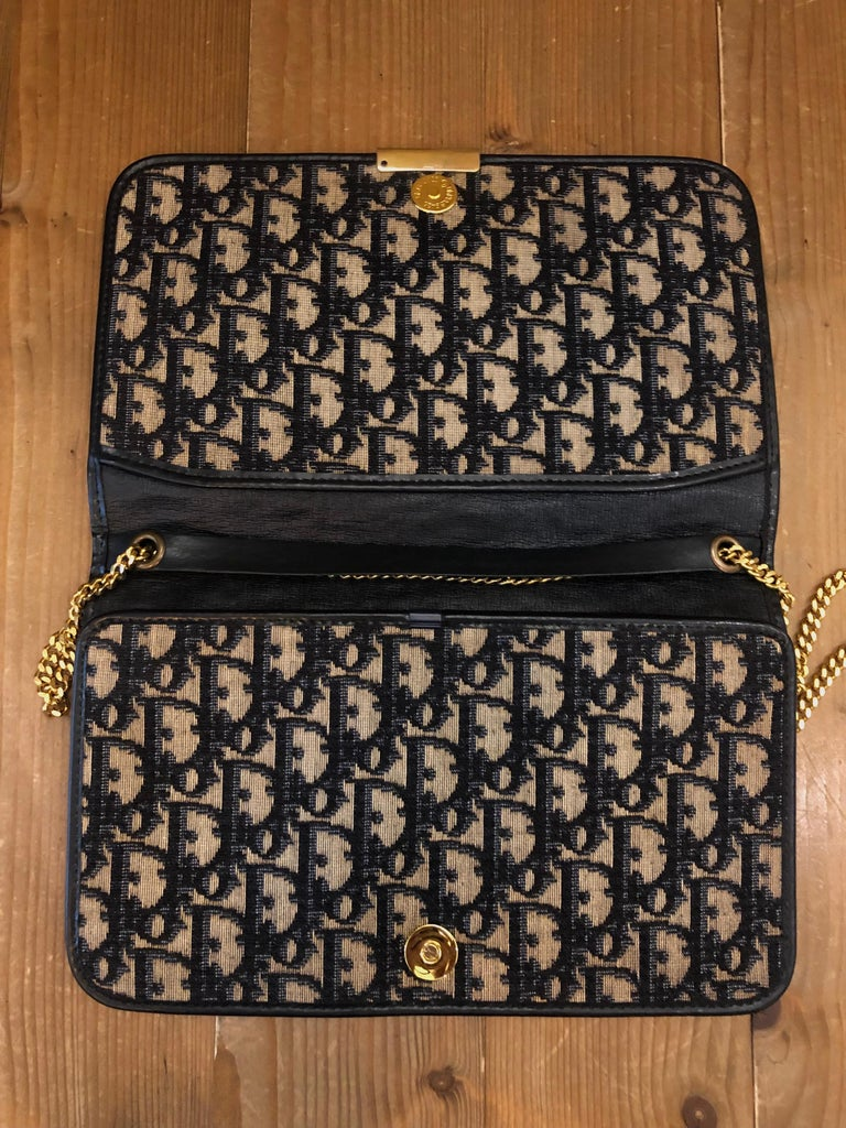 Vintage CHRISTIAN DIOR Navy Trotter Chain Shoulder Bag In Good Condition In Bangkok, TH