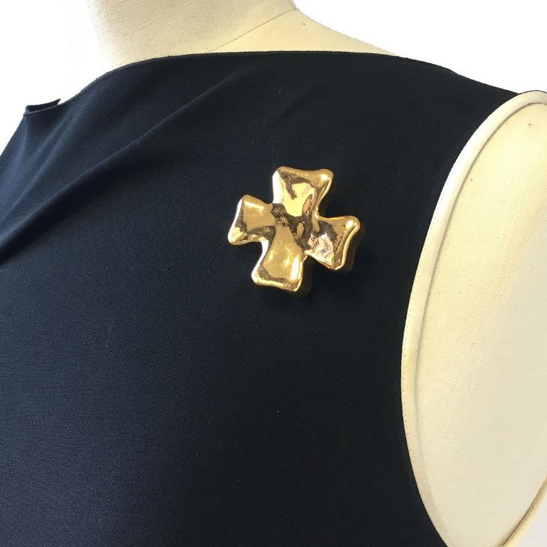 Christian Lacroix Cross Brooch In Golden Resin. In Good Condition For Sale In Paris, FR